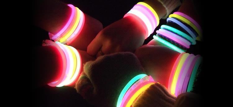 5 Ideas para decorar tu fiesta de cumpleaños con pulseras y artículos fluorescentes