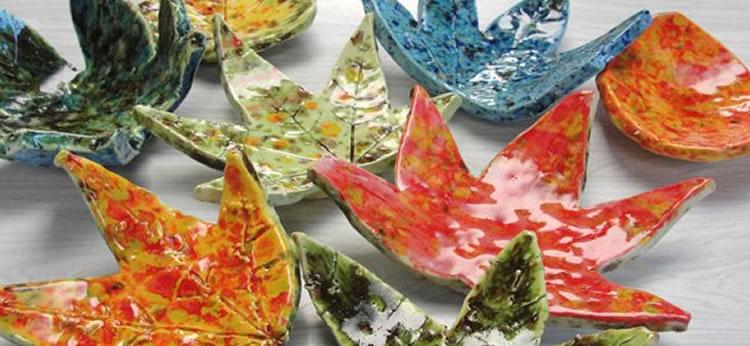 Boles de arcilla hechos con hojas