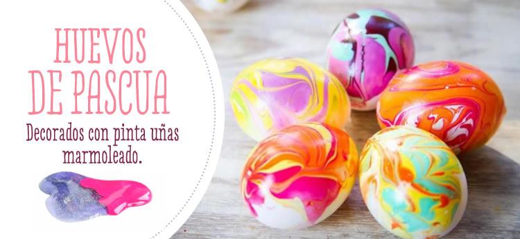Huevos de Pascua decorados con pinta uñas marmoleado