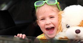 Cómo evitar los mareos de los niños en el coche