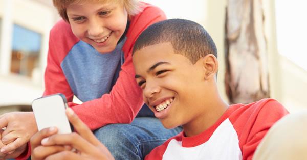 Cuándo darle a tu hijo su primer móvil y peligros a tener en cuenta
