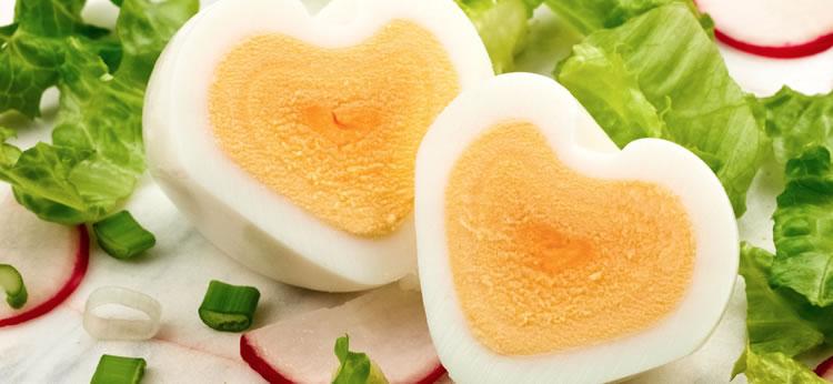 Huevos duros con forma de corazón