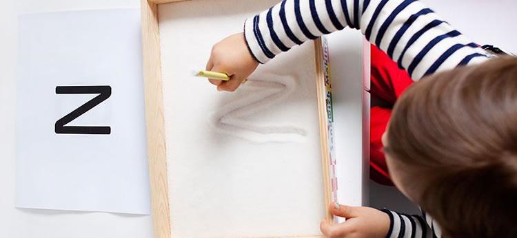 Creamos una bandeja sensorial infantil para jugar y aprender