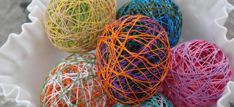 Huevos de Pascua hechos con globos e hilos